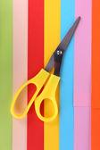 Gros plan coloré de carton et ciseaux — Photo