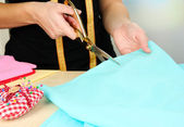 Cutting fabric with tailors scissors — 图库照片