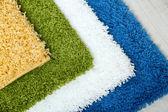 Vele tapijten van verschillende kleuren close-up — Stockfoto