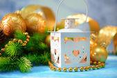 Jul lykta, fir tree och dekorationer på ljus bakgrund — Stockfoto