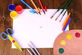 Zusammensetzung der verschiedenen kreativen tools auf tabelle nahaufnahme — Stockfoto