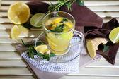 Kopp te med ingefära på servett på träbord — Stockfoto