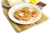Pain blanc toastwith miel sur plaque, isolé sur blanc — Photo