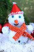 Linda decoração de boneco de neve e natal, no fundo brilhante — Foto Stock