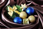 Linda decoração de natal em tecido de cetim marrom — Foto Stock