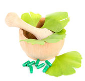 Ginkgo biloba leaves in mortar and pills — Stock Photo
