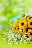 Красивые цветы на столе — Стоковое фото