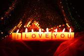 Yazdırılan işareti olarak seni seviyorum ile mum ışıkları arka plan bulanıklık — Stok fotoğraf