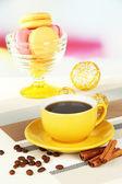 Koffie en bitterkoekjes op tafel op lichte achtergrond — Stockfoto