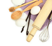 Koken concept. bakken basisingrediënten en keukengerei geïsoleerd op wit — Stockfoto
