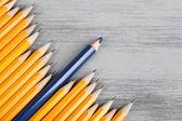 Matita celebrativo tra matite usuale, su sfondo di colore — Foto Stock