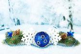 состав рождественские украшения на фоне света зимой — Стоковое фото
