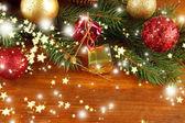 Piękne dekoracje świąteczne na jodły na drewniane tła — Zdjęcie stockowe