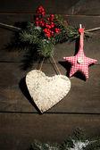 декоративные сердца и звезды на канат, на фоне деревянных — Стоковое фото