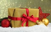 Schöne helle geschenk weihnachten dekor, auf glänzendem hintergrund — Stockfoto
