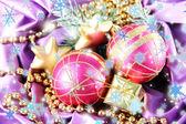 красивый рождественский декор в фиолетовая атласная ткань — Стоковое фото