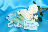 Pacote romântico no fundo do pano azul — Foto Stock