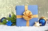 красивый яркий подарок и рождество декор, на фоне блестящей — Стоковое фото