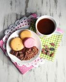 木製テーブル上プレート上ココア パウダーやお菓子のカップのココア — ストック写真