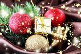 красивый рождественский декор на коричневой атласной ткани — Стоковое фото