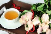 Mooi boeket rozen, op houten dienblad, op lichte achtergrond — Stockfoto