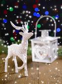 рождественский фонарь и украшения на стол на светлом фоне — Стоковое фото
