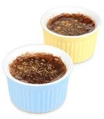 Pudim de chocolate em taças para o cozimento isolado no branco — Fotografia Stock