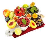 Surtido de jugosas frutas y bayas, aisladas en blanco — Foto de Stock