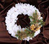 рождественский венок на фоне ткани — Стоковое фото