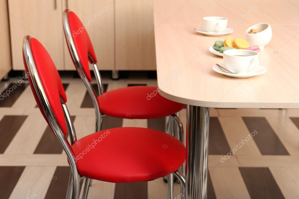 Modernas cadeiras vermelhas perto de mesa na cozinha for Sedie moderne rosse