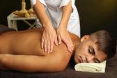 молодой человек, имеющие массаж спины крупным планом — Стоковое фото