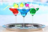Různé koktejly na světlé pozadí — Stock fotografie