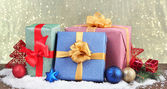 Schöne helle geschenke und weihnachten dekor, auf glänzendem hintergrund — Stockfoto