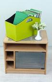 Revistas y carpetas en caja verde en mesita de sala — Foto de Stock
