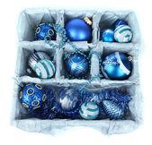елочные игрушки в деревянной коробке, изолированные на белом фоне — Стоковое фото