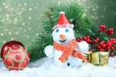 красивый снеговик и рождественский декор, на светлом фоне — Стоковое фото