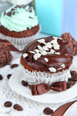 Tasty cupcakes with gifts close up — Stock Photo