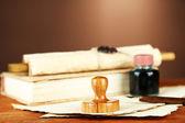 Stempel drewniany, książek i starych dokumentów na drewnianym stole — Zdjęcie stockowe