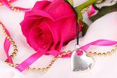Schöne rosa Rose mit Herz Anhänger — Stockfoto