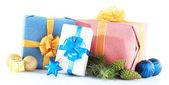 красивые яркие подарки и рождественские декор, изолированные на белом — Стоковое фото