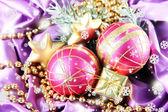 Bellissime decorazioni di natale sul panno di raso viola — Foto Stock