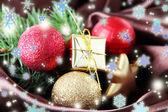 Bellissime decorazioni di Natale sul panno di raso marrone — Foto Stock