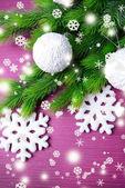 枞树,在彩色背景上的圣诞球 — Stockfoto