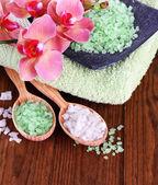 静物美しい咲く蘭の花と海塩、木製の背景の色と木製のスプーン — ストック写真
