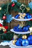 Noel süslemeleri tatlı üzerinde durmak, renk ahşap arka plan üzerinde — Stok fotoğraf