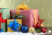 красивые яркие подарки и рождественские декор, на фоне блестящей — Стоковое фото