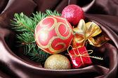 Schöne weihnachten dekor auf braun satin stoff — Stockfoto