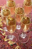 Óculos com champagne no fundo brilhante — Fotografia Stock