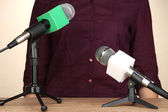Microphone stands on meeting room table and speaker — Stockfoto