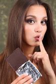 巧克力光泽背景上的漂亮年轻女孩的肖像 — 图库照片